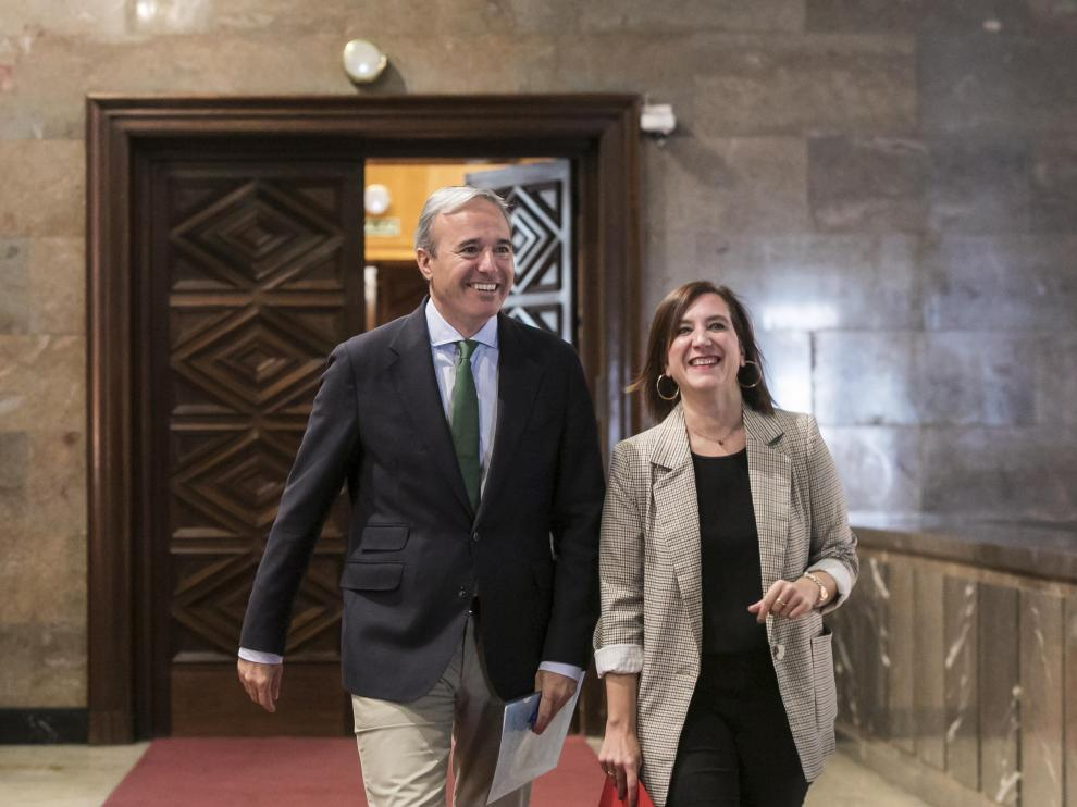Jorge Azcón y Sara Fernández, este miércoles en el Ayuntamiento de Zaragoza.
