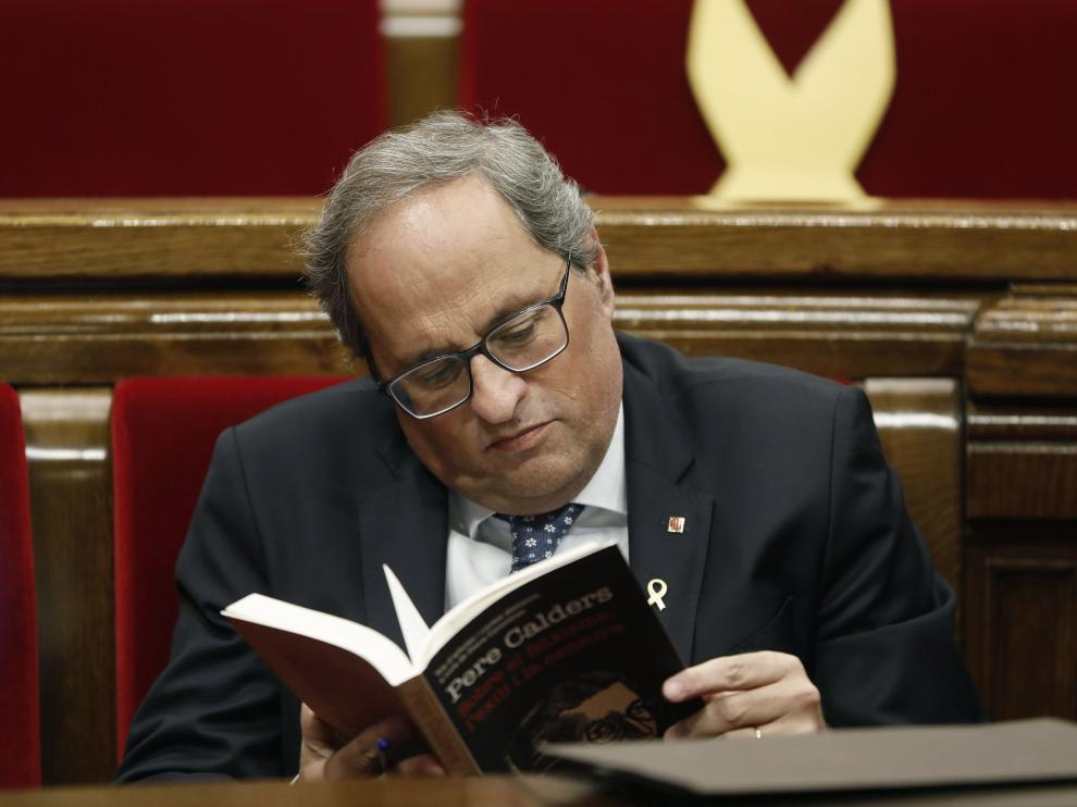 Torra dedicó parte del debate a leer un libro en su escaño del Parlament.