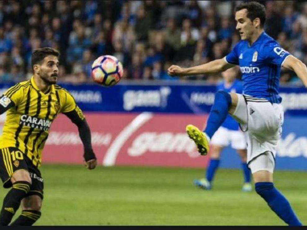 Linares, hace dos temporadas, con la camiseta del Oviedo en el Carlos Tartiere en el partido ante el Real Zaragoza, pugna por el balón con Javi Ros.