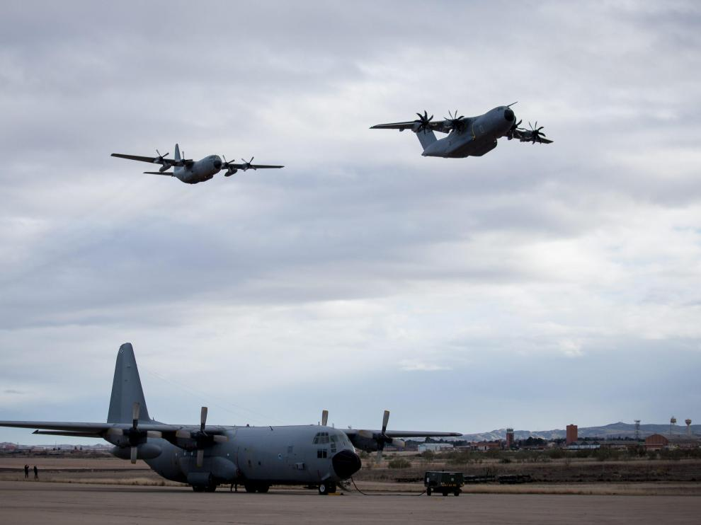 Un Hércules en la pista de aterrizaje de la Base y otro sobrevolándolo, detrás de un nuevo Airbus A400M.
