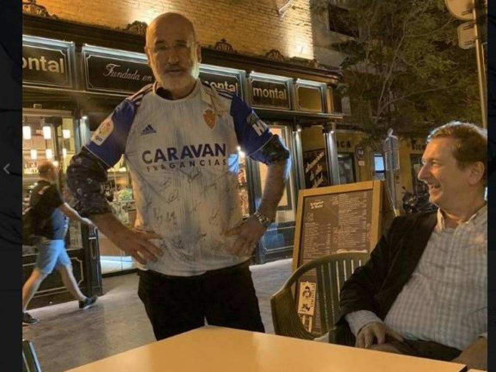 """Fernando Aramburu luce camiseta del Real Zaragoza y le desea el ascenso """"con toda mi alma"""""""