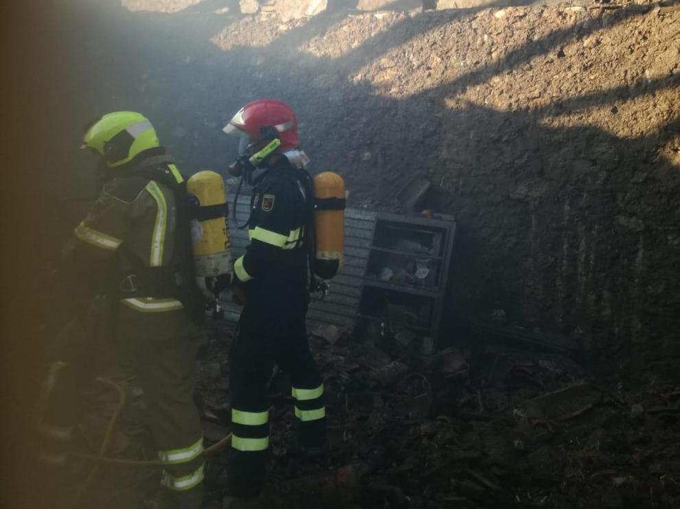 Los bomberos, durante el operativo de extinción en Calamocha.