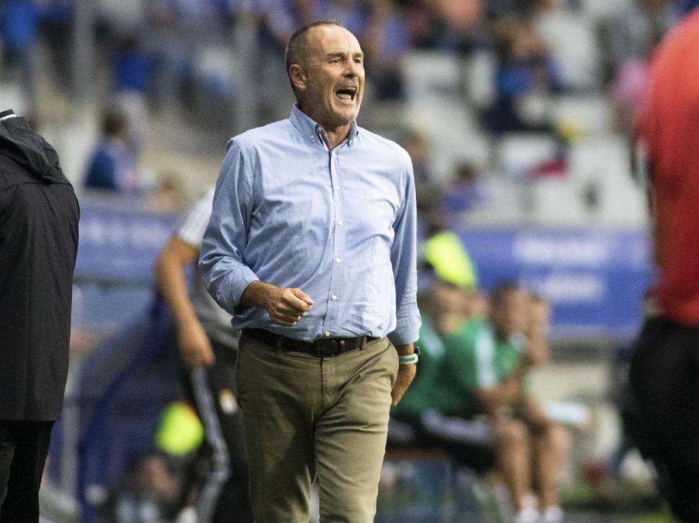 Víctor Fernández, muy enfadado en la banda del Tartiere, da órdenes a sus jugadores a gritos durante la segunda parte del Real Oviedo-Real Zaragoza de este domingo.
