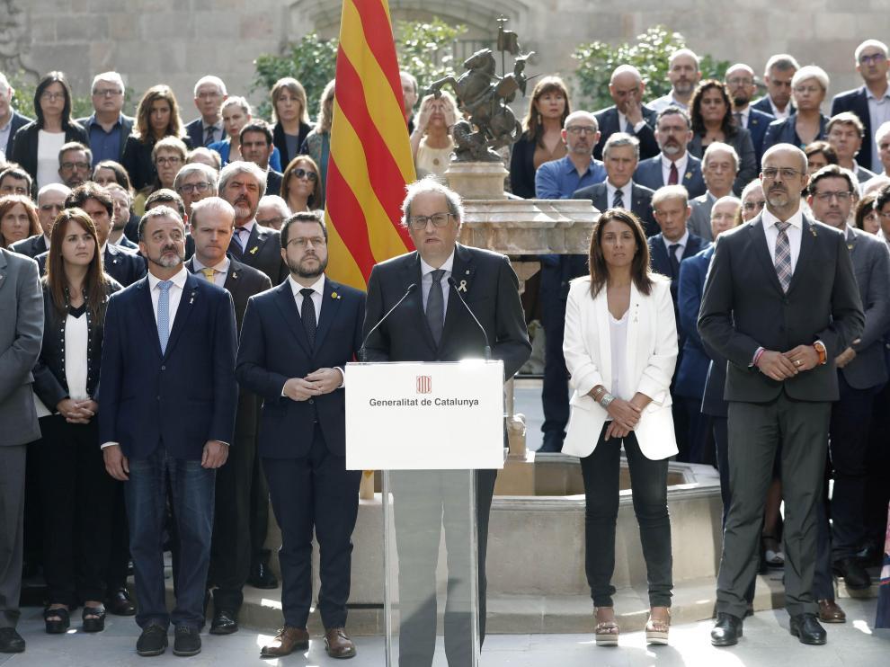 El presidente Quim Torra y su gobierno, durante la lectura del manifiesto 'Compromiso de octubre'