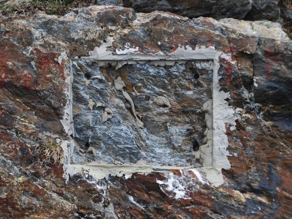 El hueco dejado en la roca tras arrancar la placa.