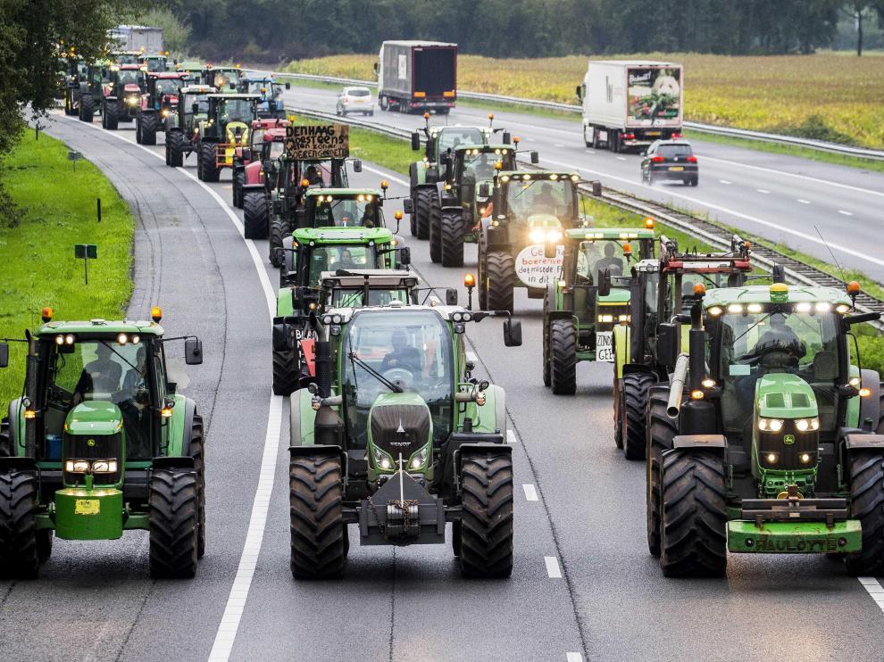 Los granjeros sacaron sus tractores a las carreteras.