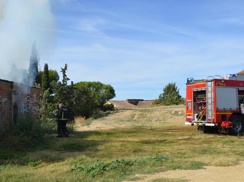 Tareas de extinción del incendio en Barbastro