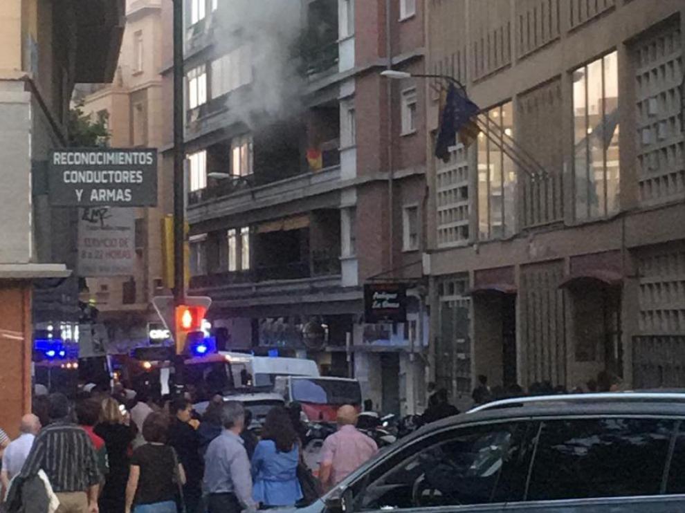 Las llamas se han declarado en un segundo piso y han provocado una enorme humareda.