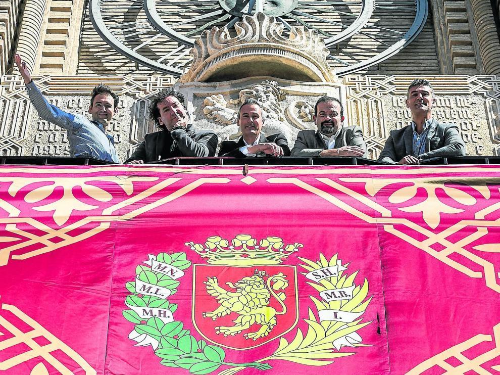 Carlos Marco, Augusto González, Alberto Marco, Fermín Polo y Juan Luis Gracia, el quinteto al completo de B Vocal, este viernes en el balcón del Ayuntamiento.