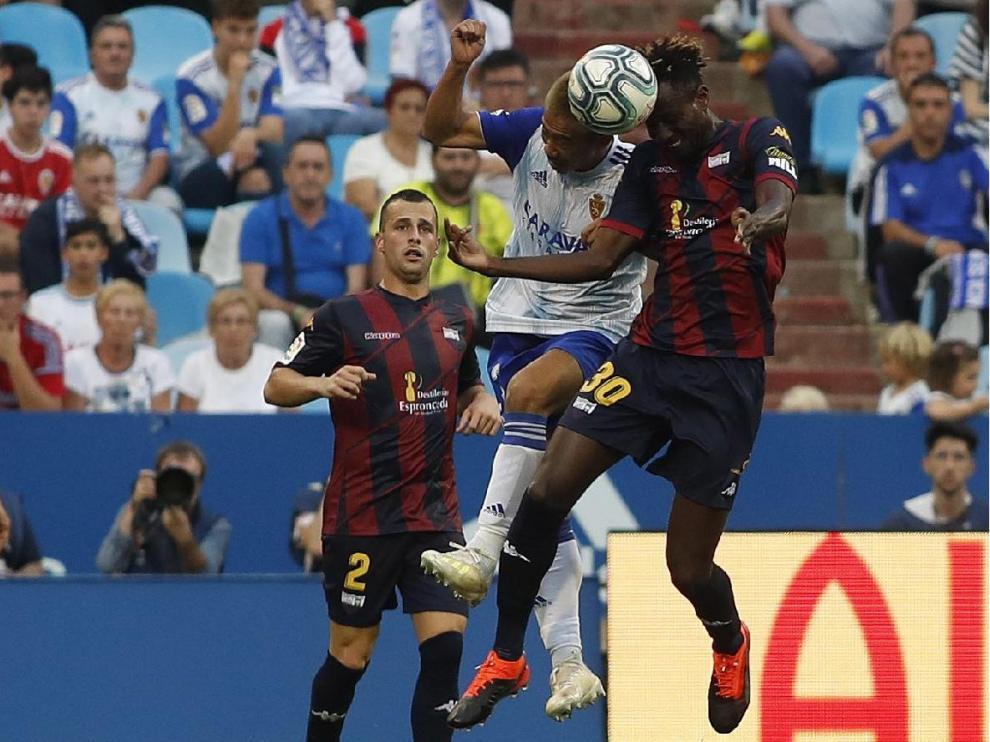 Kagawa, el pugna con Lomotay ante la mirada de Díez, en el partido ante el Extremadura, que el Real Zaragoza ganó 3-1 el 15 de septiembre. Fue su última victoria.