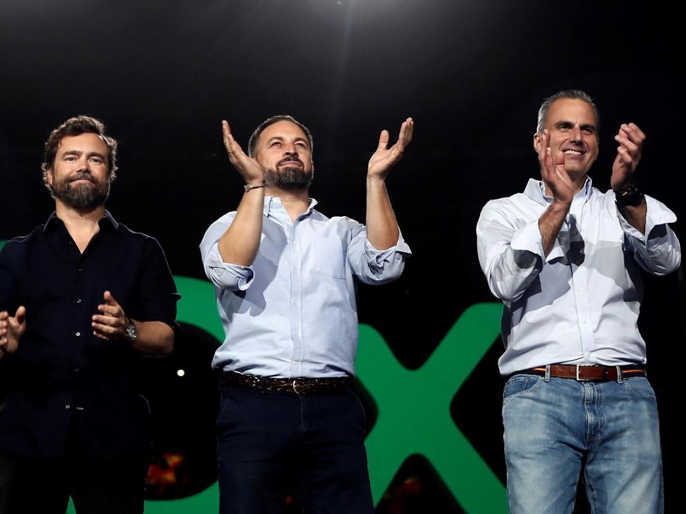 El líder de Vox, Santiago Abascal (c), junto a el secretario general del partido, Javier Ortega Smith (d), y el portavoz en el Congreso, Iván Espinosa (i),