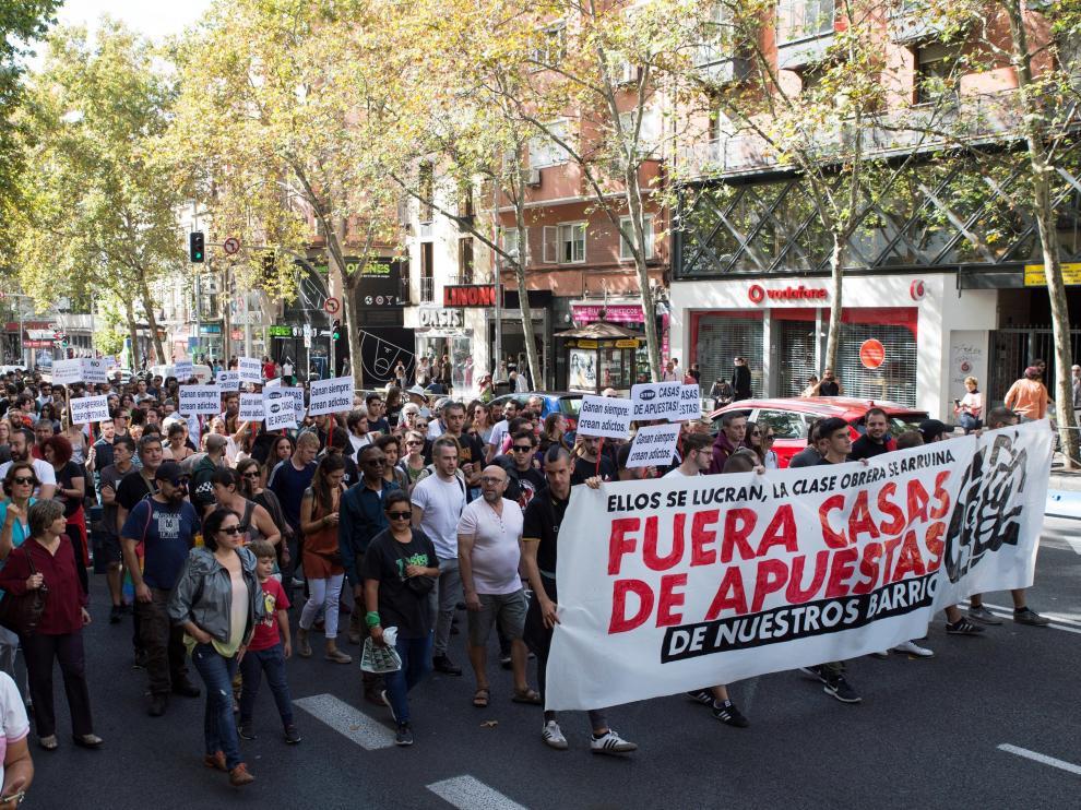 Miles de personas marchan contra las casas de apuestas que destruyen barrios.