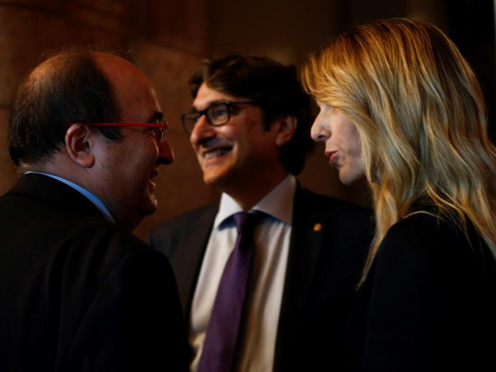 Álvarez de Toledo e Iceta, este lunes, en los pasillos del Parlament catalán.
