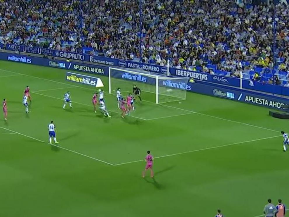 Momento en el que el central del Málaga Lombán cabecea el córner que supuso el segundo gol andaluz el pasado jueves en La Romareda.