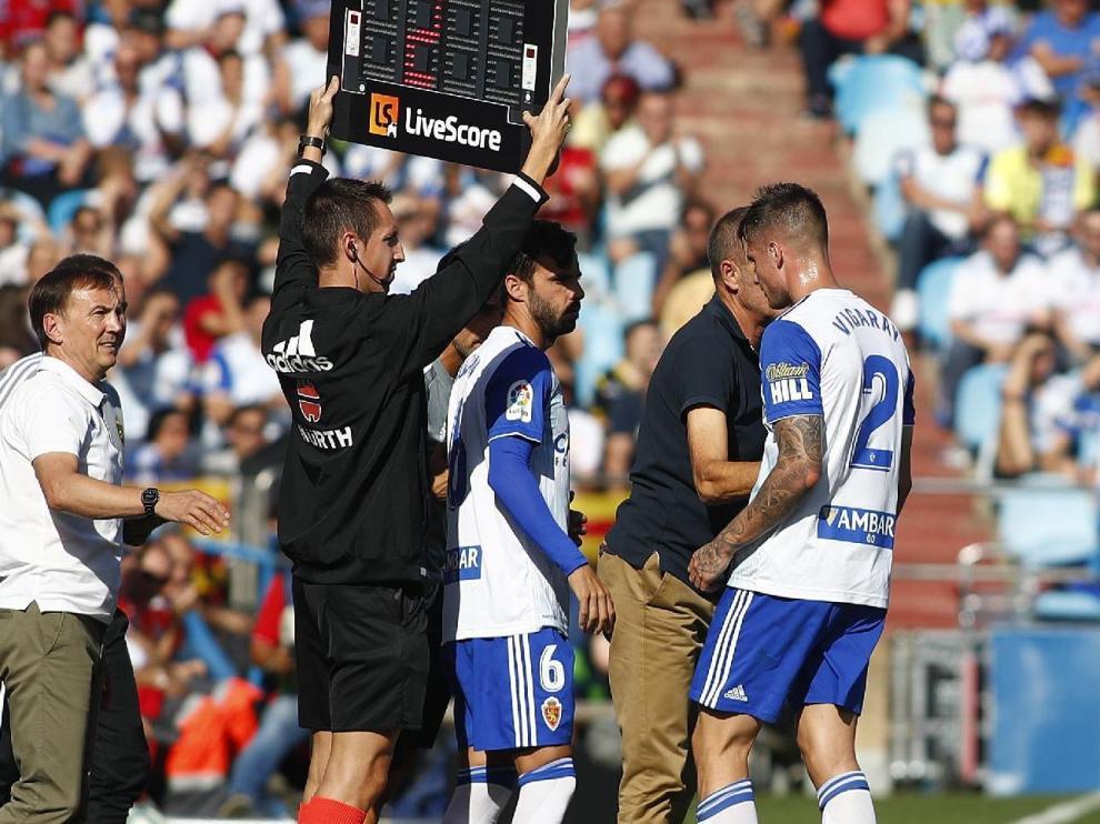 Momento en el que Vigaray se marcha lesionado y es sustituido por Guitián en el partido de este domingo ante el Cádiz. Era el minuto 21 y se había roto en el 17.