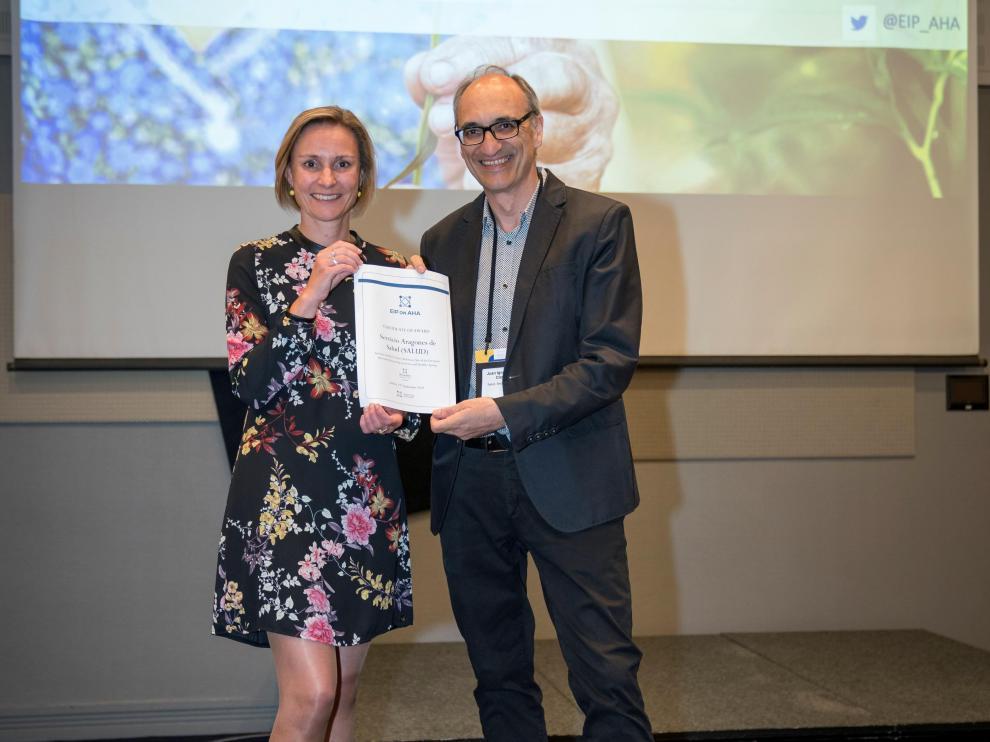 Birgit Morlion, de la Comisión Europea, entrega el premio a Juan Coll Clavero, responsable de Innovación y Nuevas Tecnologías.