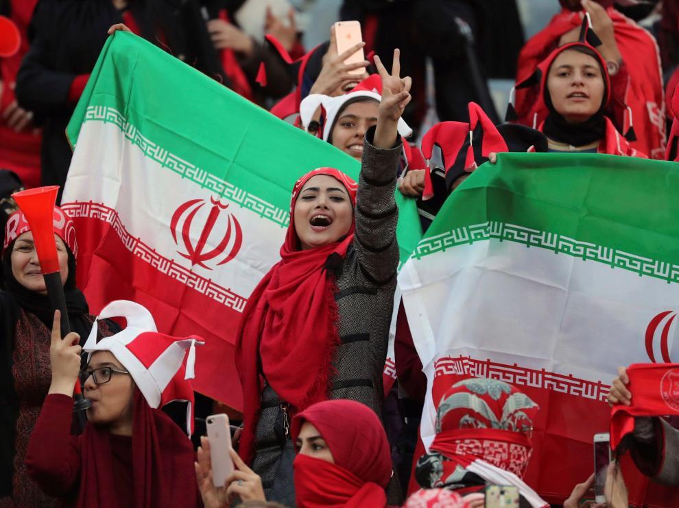 Fotografía de archivo del 10 de noviembre de 2018 de un grupo de seguidoras iraníes durante un partido.