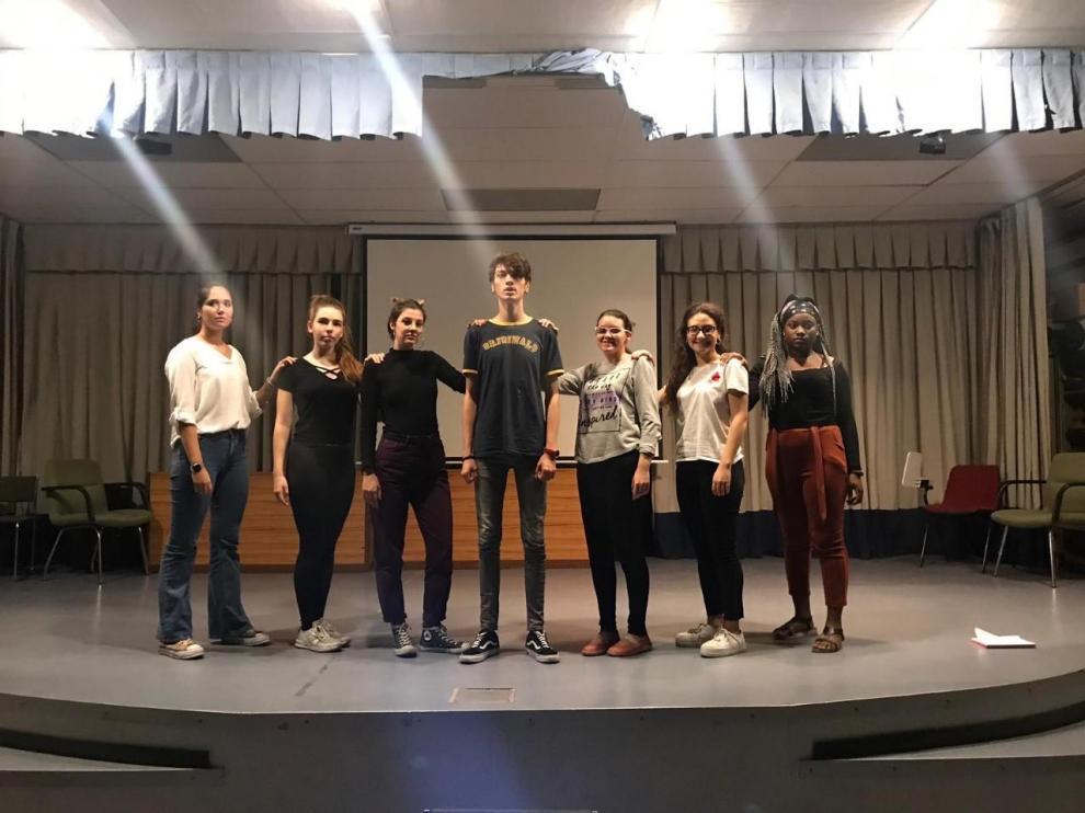 Miembros del grupo de teatro joven Locura Permanente.
