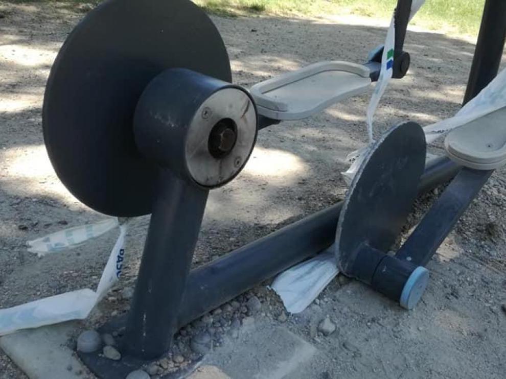 Aparato de gimnasia en el parque Torre Ramona