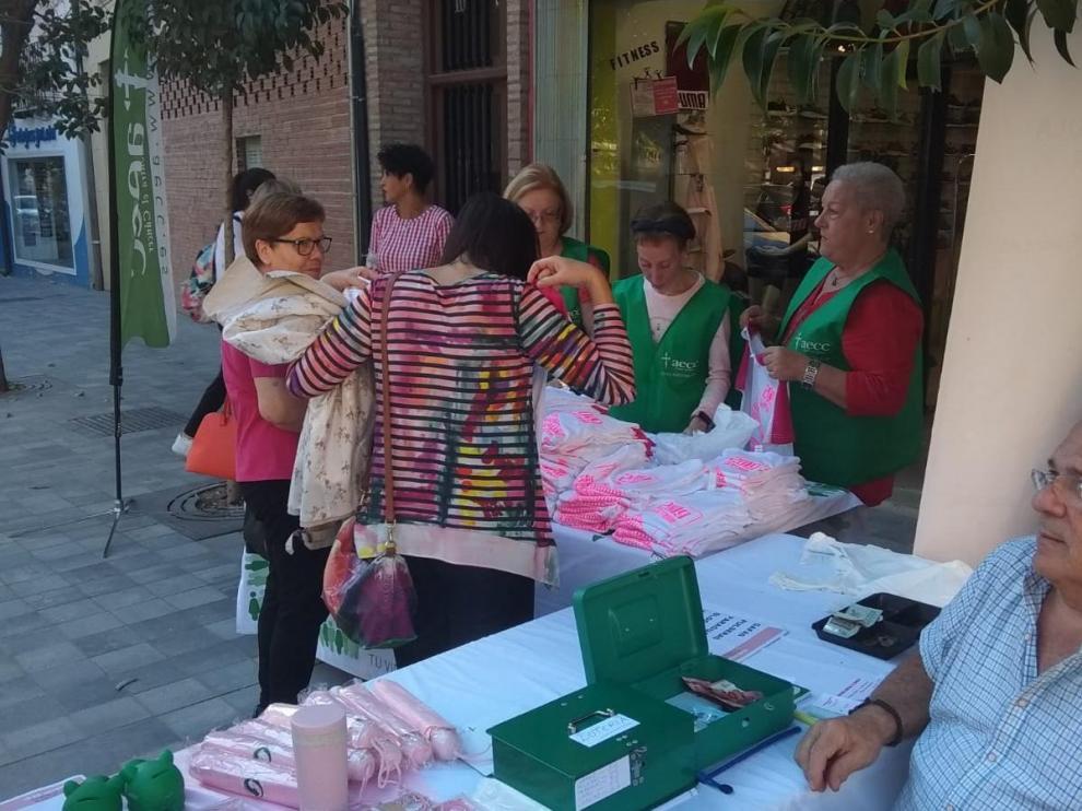 Mesa de inscripciones para participar en el encuentro contra el cáncer organizado en Calatayud.