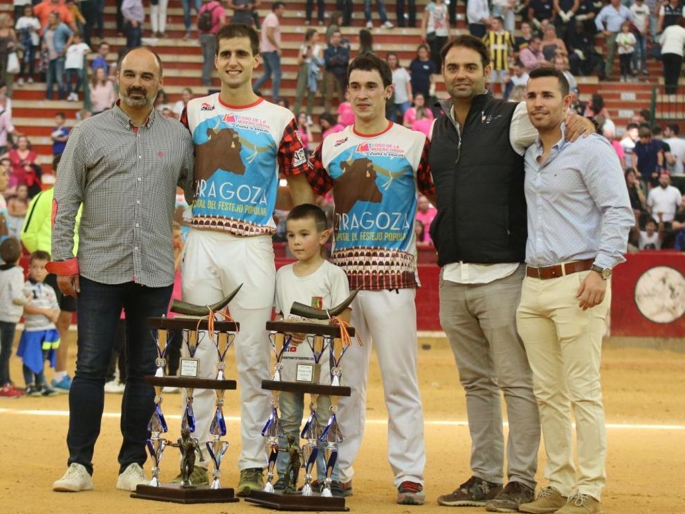 La pareja ganadora con los organizadores José María Vivas (Tororecorte), Carlos Zúñiga (Circuitos Taurinos) y Roberto Manresa (Nodasa).