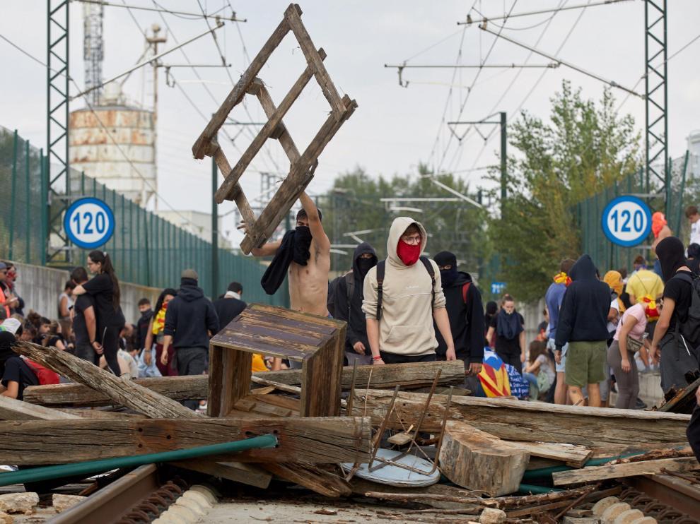 Barricada en la vía del AVE en Gerona