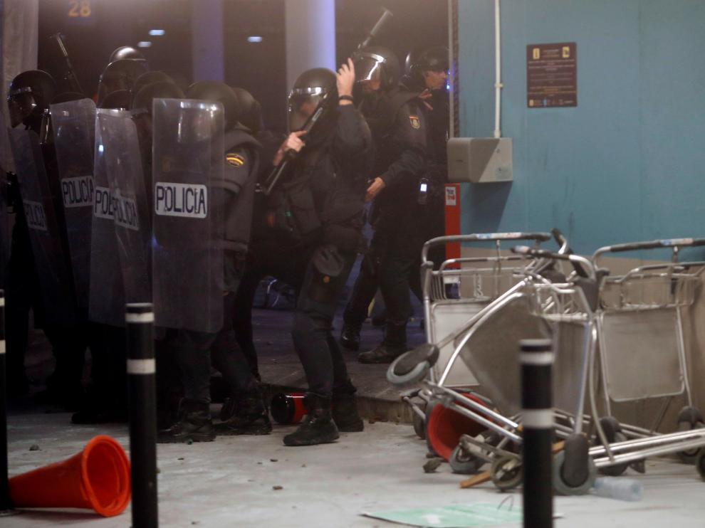 Antidisturbios en el Aeropuerto de El Prat.