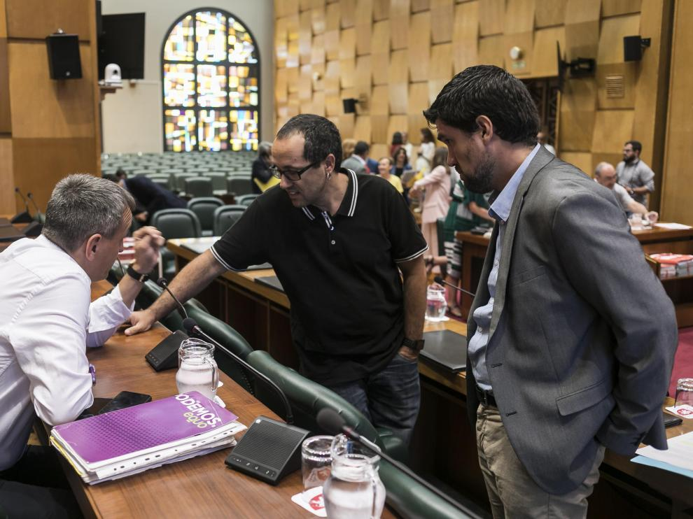 Fernando Rivarés, Alberto Cubero y Horacio Royo, en la comisión de Hacienda del Ayuntamiento de Zaragoza.