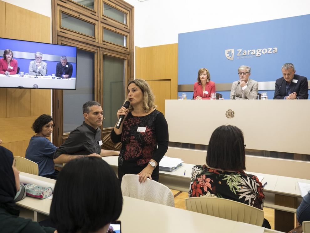 Marta Moreno, del María Moliner, este martes junto a otros padres y a los portavoces de PSOE, ZEC y Podemos.