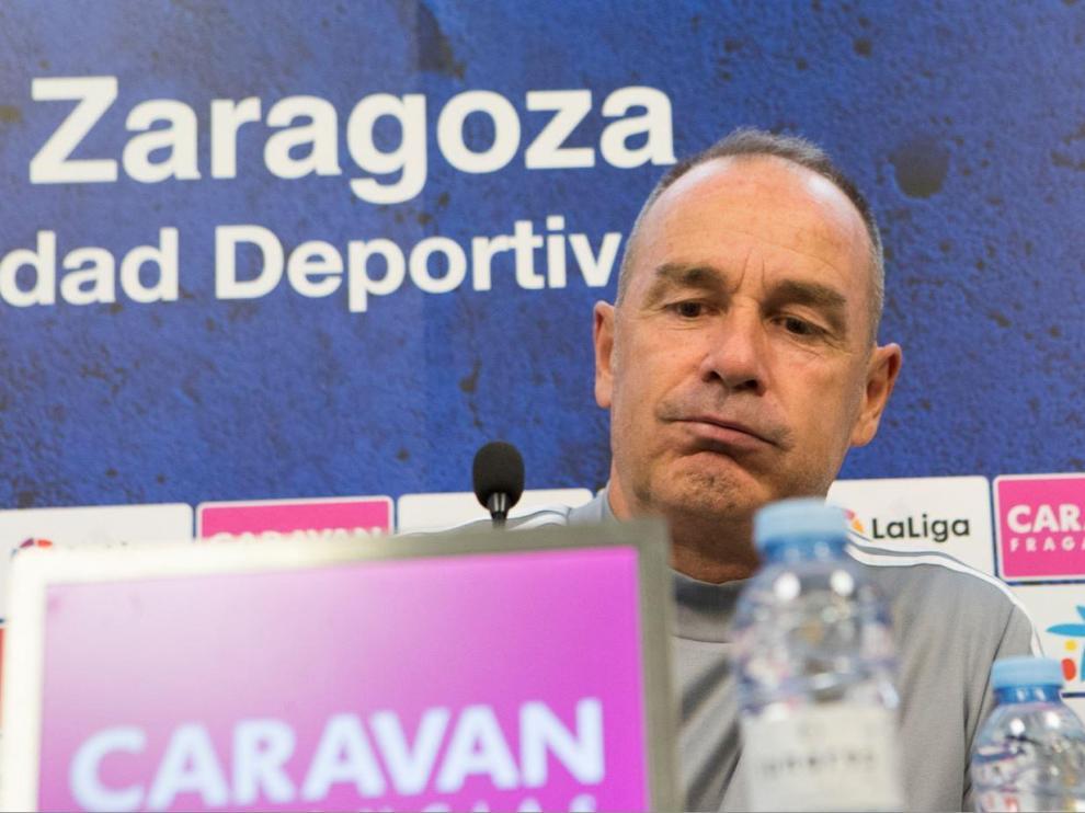 Víctor Fernández, en un gesto sugerente en la rueda de prensa de este martes, previa al viaje a Fuenlabrada.