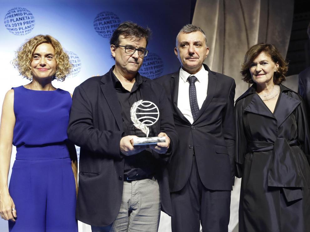 Los ganadores del Planeta, Javier Cercas y Manuel Vilas, posan junto a las autoridades