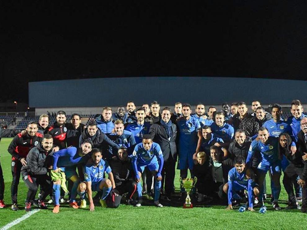 Los jugadores del Fuenlabrada, con el trofeo de campeón de sus fiestas patronales.