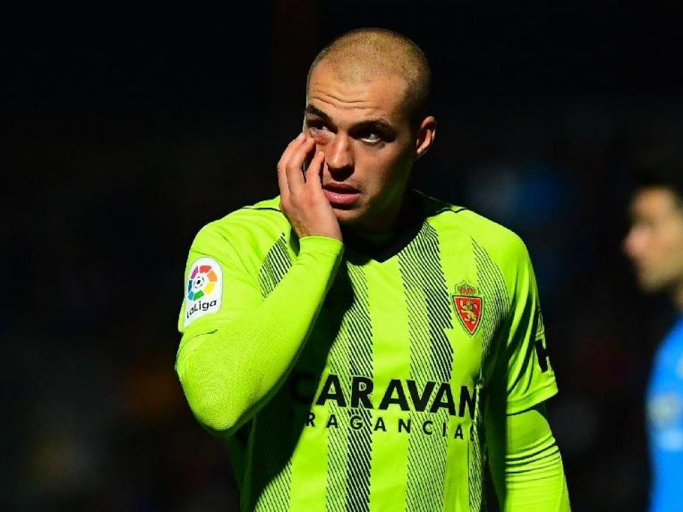 Jorge Pombo, en los minutos posteriores al golpe contra el suelo que sufrió al inicio del partido de este miércoles en Fuenlabrada, se toca el ojo afectado, que se le puso morado.
