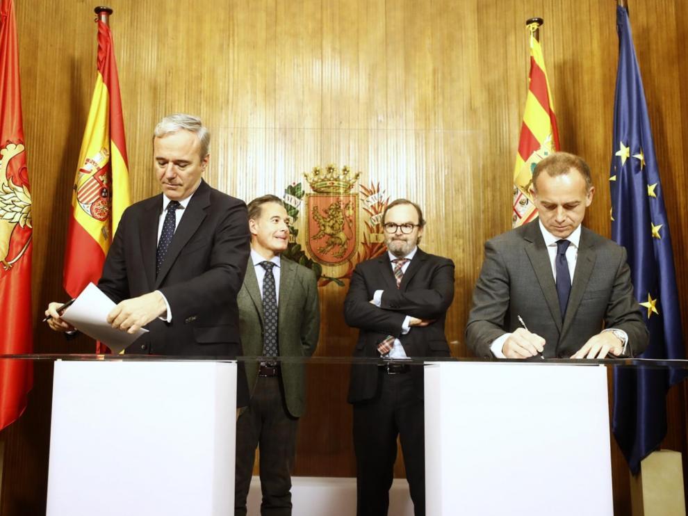 El alcalde de ZAragoza, Jorge Acón, y el presidente del Real Zaragoza, Christian Lapetra, este viernes en la firma del convenio.