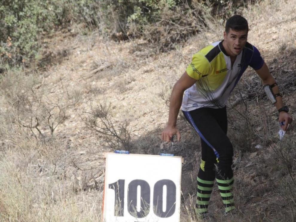 Un deportista del Club Ibón en una prueba de orientación