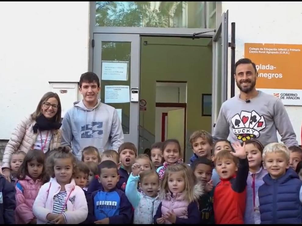 Pedro López, junto a los niños del CRA Violada-Monegros.