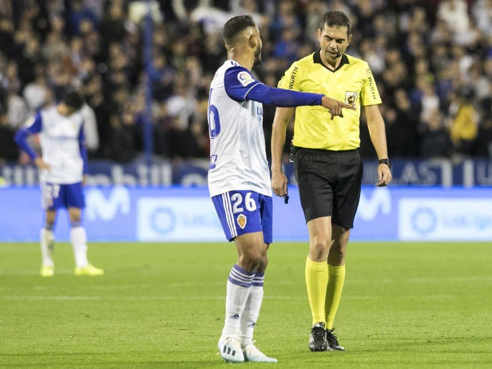 Luis Suárez habla con Trujillo Suárez, el árbitro canario del Real Zaragoza-Mirandés que le sacó la 4ª tarjeta amarilla de este curso.