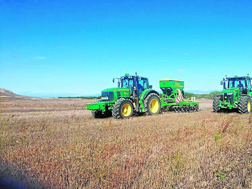 Labores de siembra el pasado año en una explotación de cereal de invierno en Huesca.