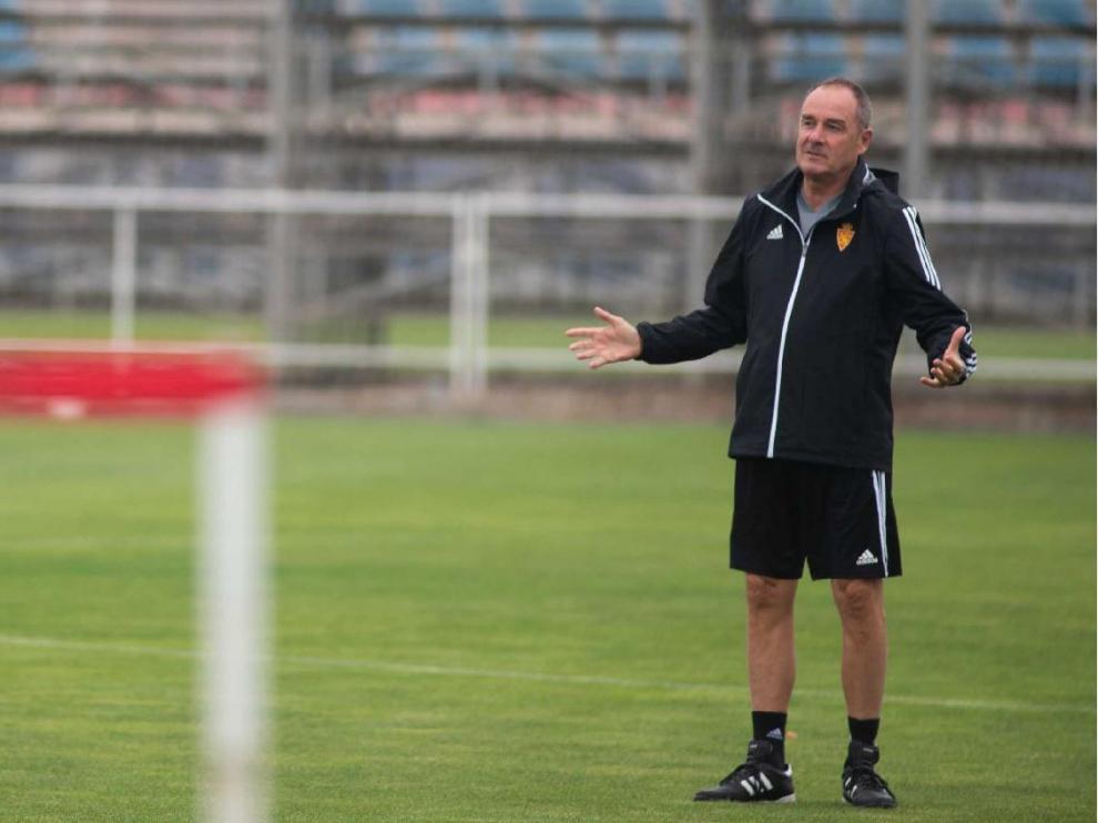 Víctor Fernández pide más intensidad en un entrenamiento reciente en la Ciudad Deportiva.