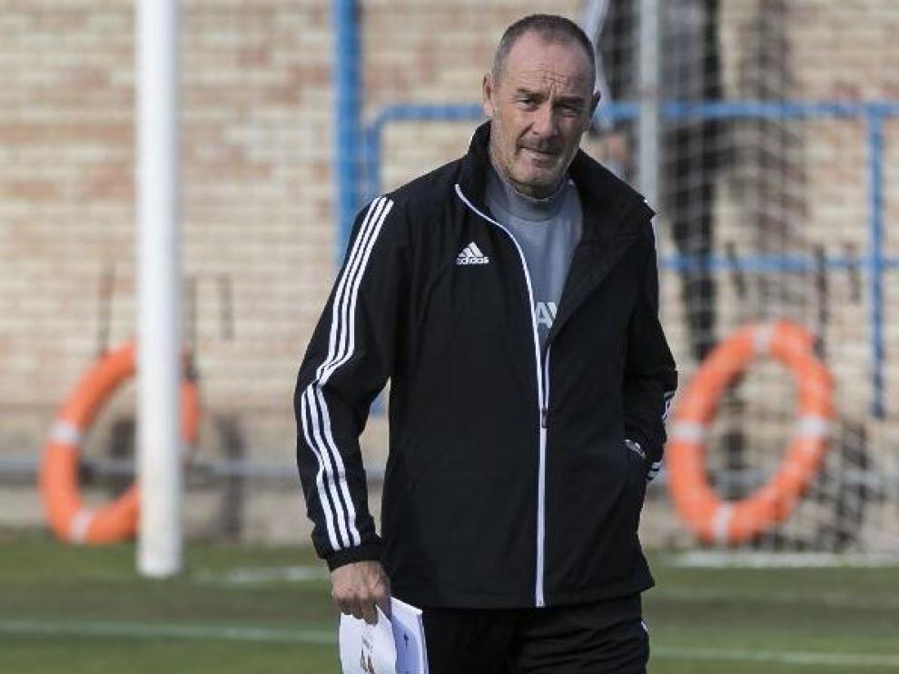 Víctor Fernández, carpeta en mano, la semana pasada en un entrenamiento en la Ciudad Deportiva.