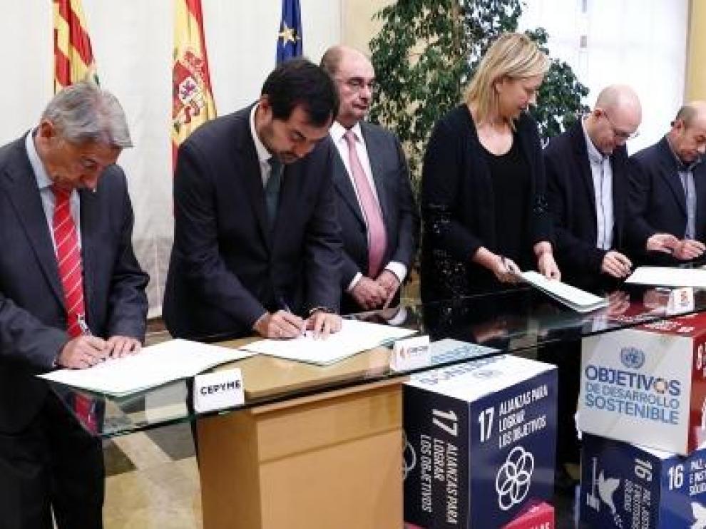 Imagen del momento de la firma del nuevo acuerdo sobre diálogo social.