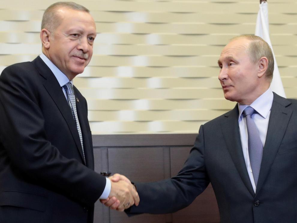 Putin y Erdogan se saludan al inicio de su reunión en Sochi.