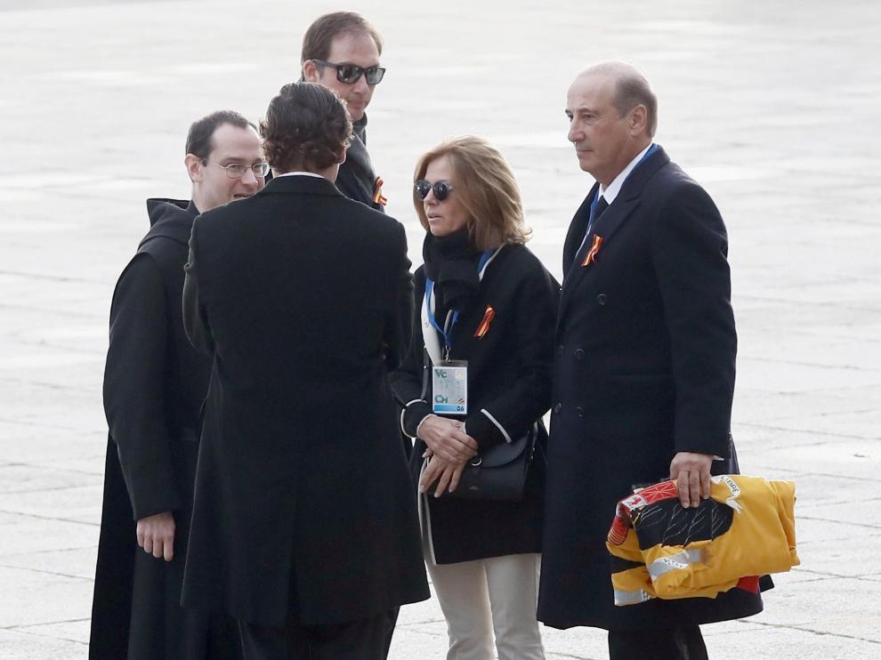 Francis Franco lleva una bandera preconstitucional.