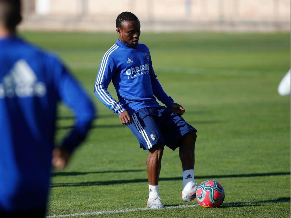 James Igbekeme, con nueva imagen, durante el entrenamiento de este viernes.