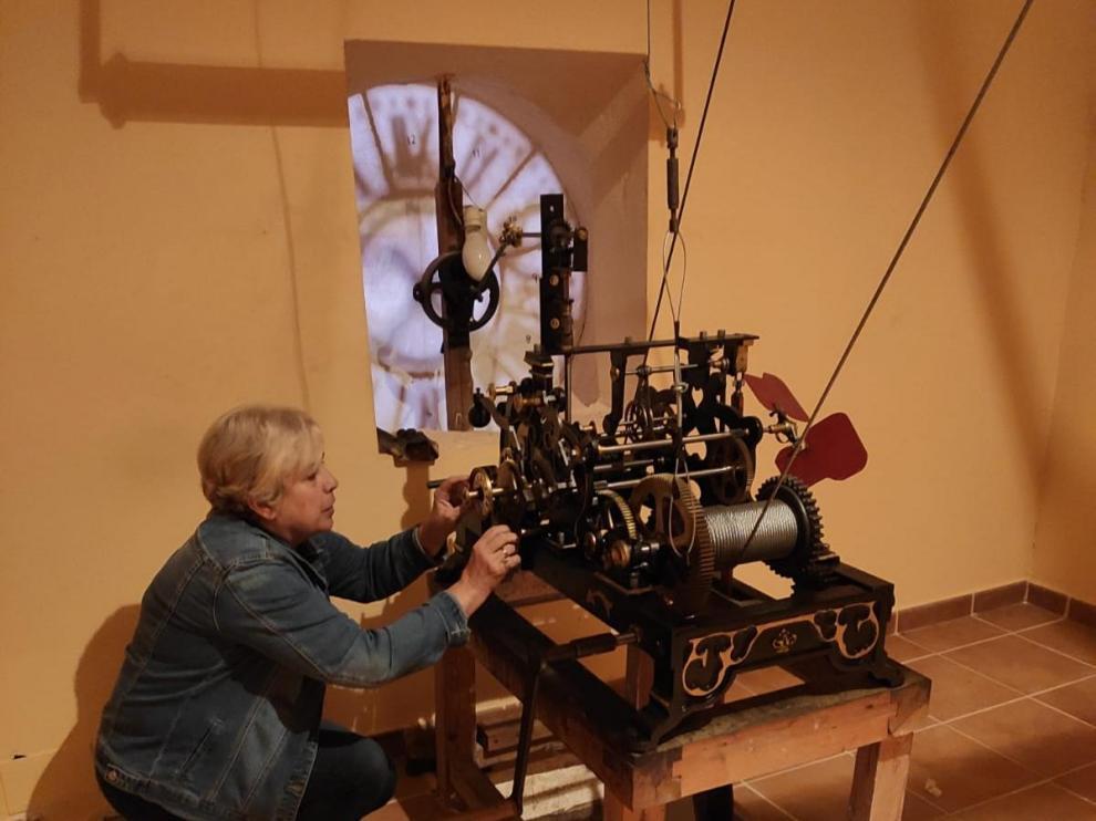 Lucía Insa cambiando la hora en Alborge