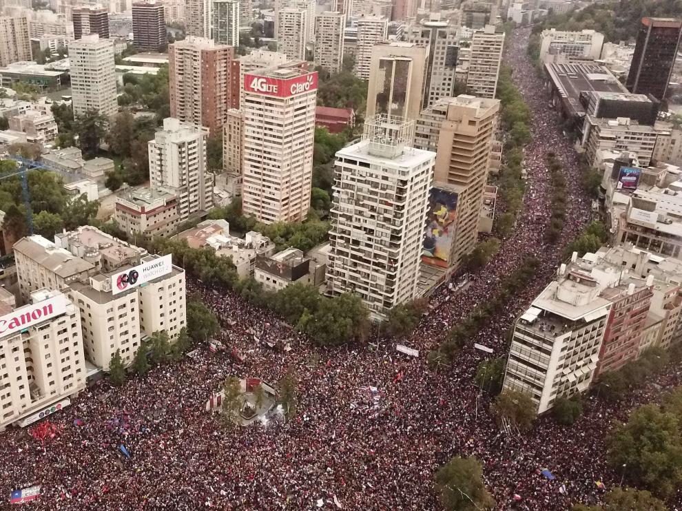 Fotografía aérea que muestra a miles de manifestantes reunidos para pedir la renuncia de Piñera