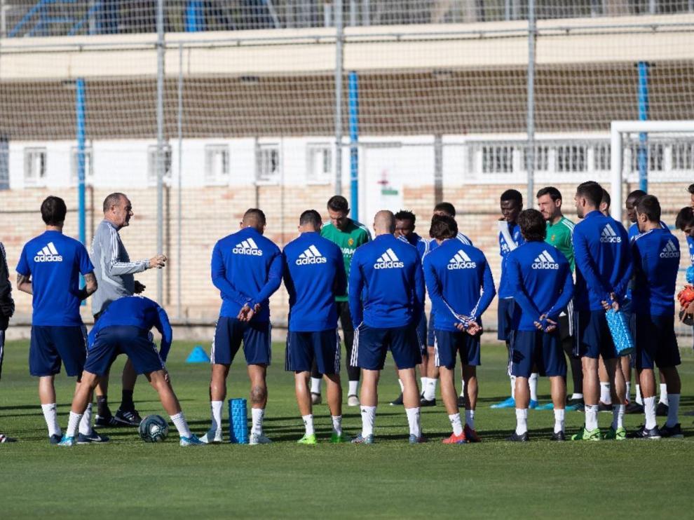 Víctor Fernández y los jugadores del Real Zaragoza, en una de las diversas charlas que han mantenido durante la semana en los entrenamientos.