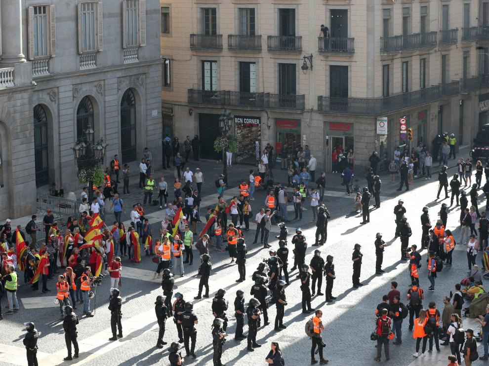 Spanish unionist and Catalan separatist protesters are divided by riot police during a demonstration at Sant Jaume square in Barcelona, Spain, October 27, 2019. REUTERS/Albert Gea [[[REUTERS VOCENTO]]] SPAIN-POLITICS/CATALONIA-PROTEST
