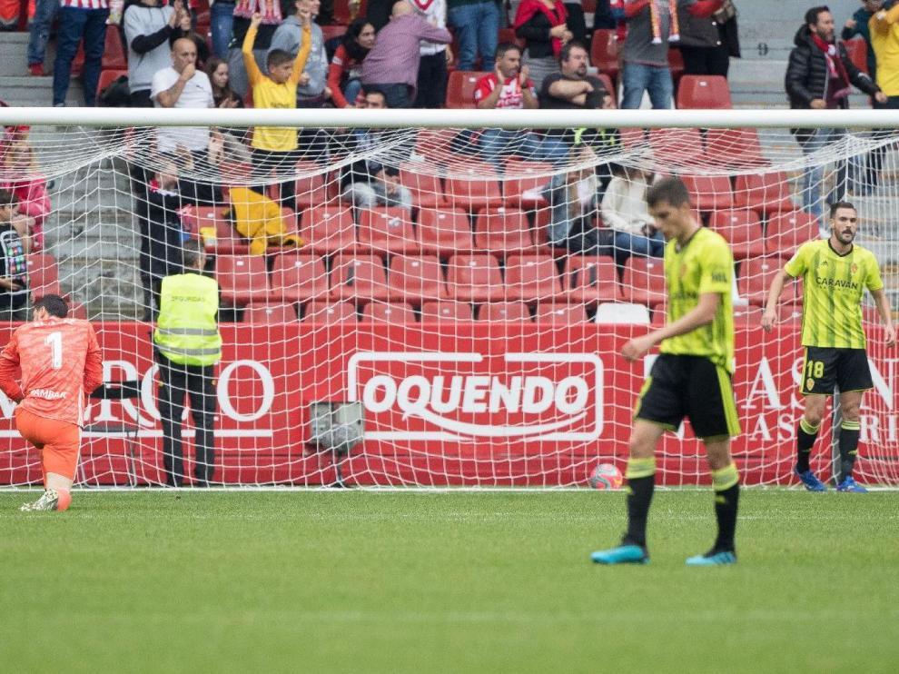 Imagen de la desolación del Real Zaragoza el pasado domingo en Gijón. El Sporting acababa de marcar el 4-0.