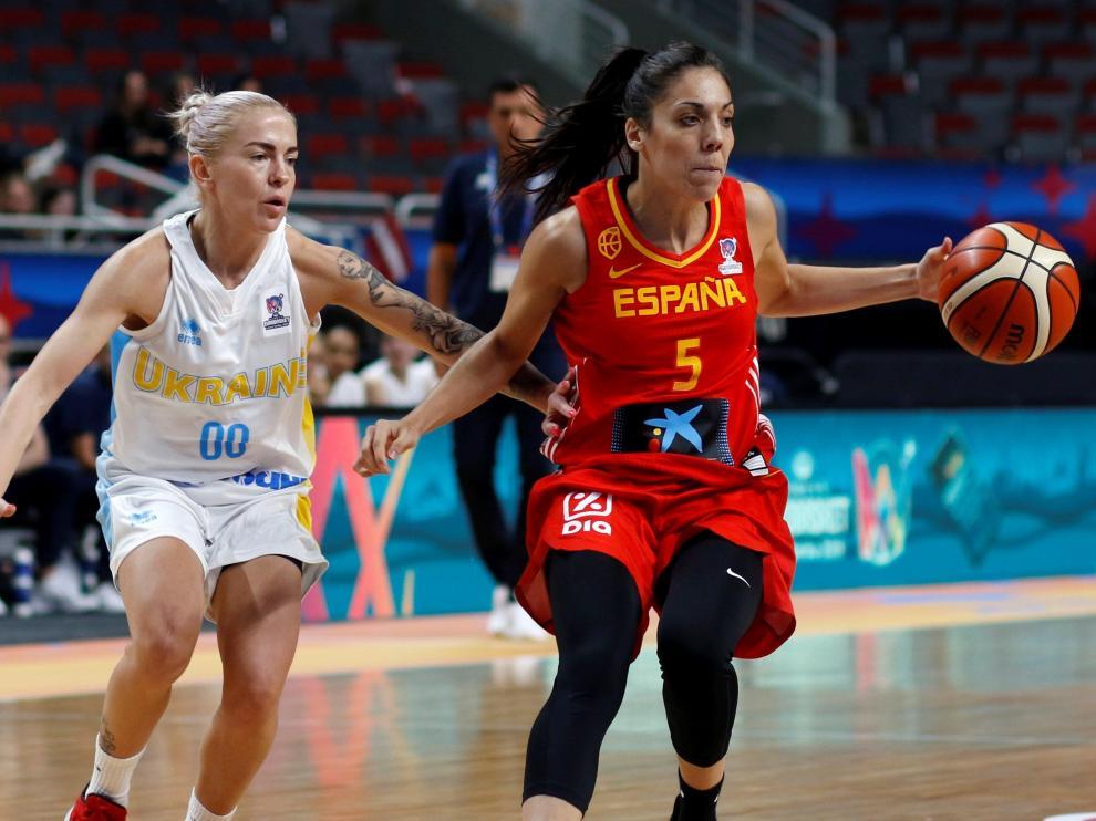 Cristina Ouvina en una acción ante Arisa Bilotserkivska de Ucrania en el Eurobasket 2019.